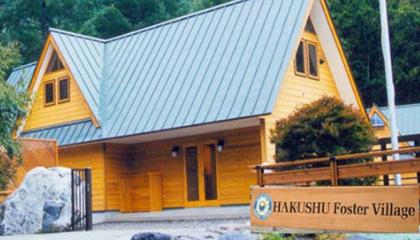 「白州フォスターヴィレッジ」は木製で作られた、自然体験を目的とする山の中にある宿泊施設です