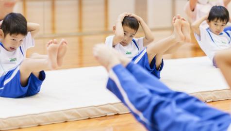 跳び箱などの危険が伴う活動は大人が横に付き添うながら活動します