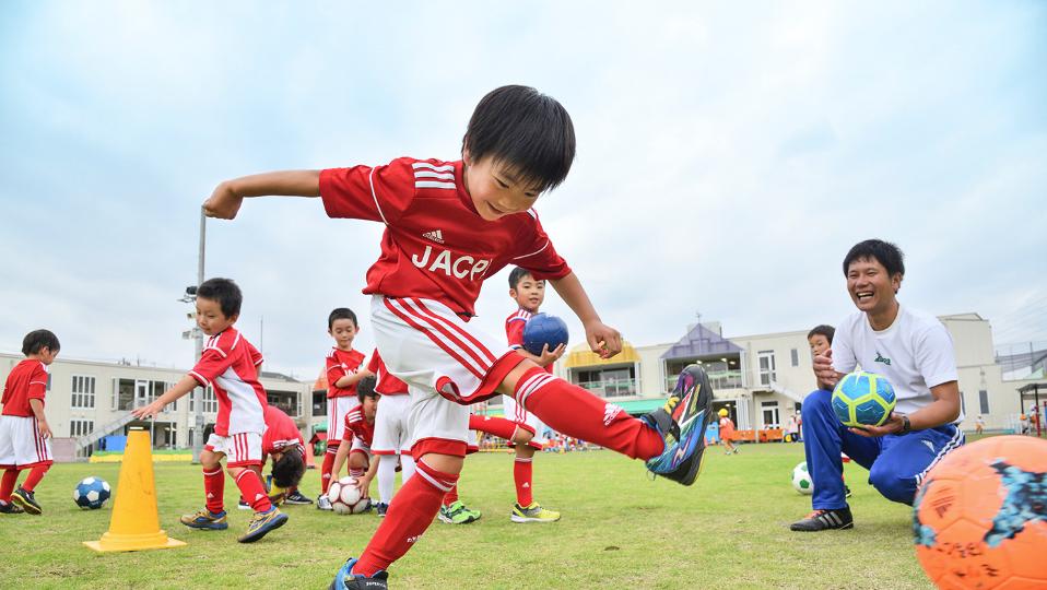 子供達同士チームに分かれてサッカーをします
