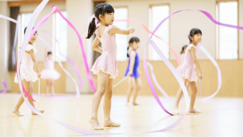新体操教室では子供たちが団体としてダンスを学びます。