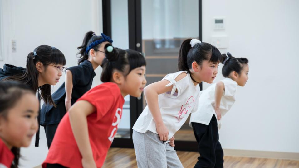 キッズダンス教室では日どもたちはヒップホップなどの踊りを習います